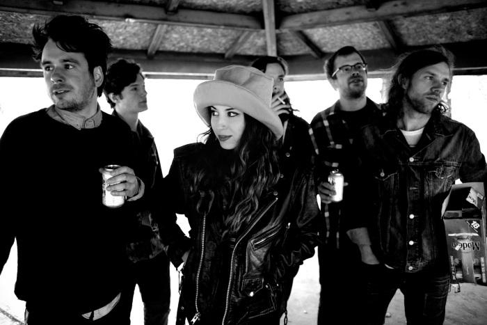 Jessica escoltada por su banda, The Deltas